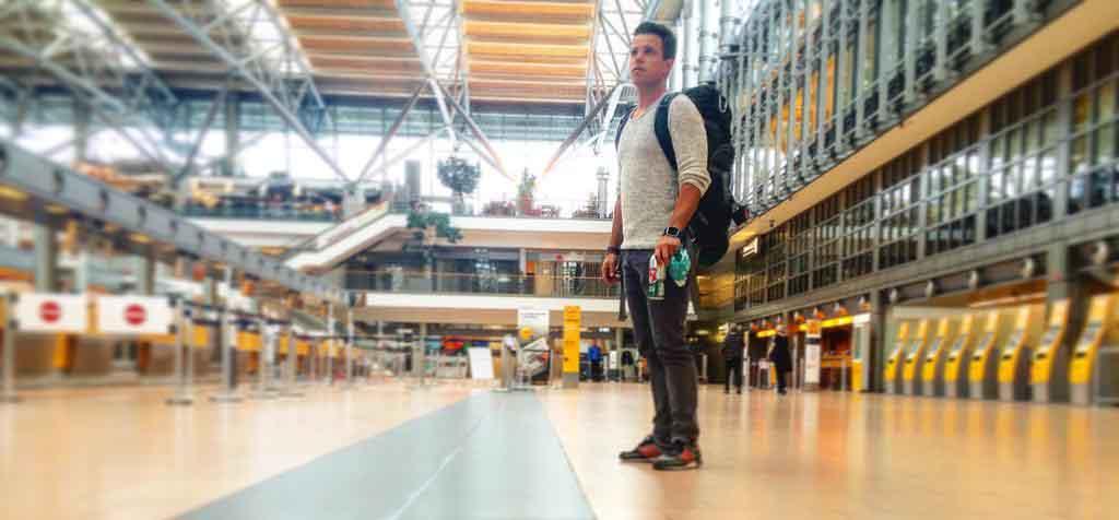 Adrians Heimflughafen ist der Flughafen Hamburg dort kenn er viele Reise Hacks