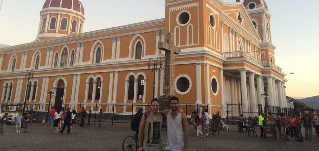 Adrian und Christoph im Nicaragua Podcast vor der Kathedrale in Granada