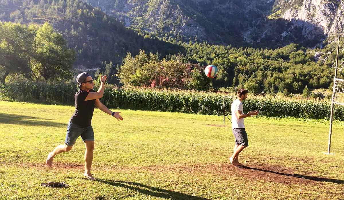 Volleyball mit den Bergbauern in Albanien, Valbona
