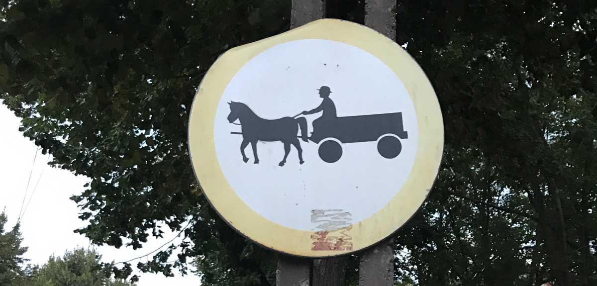 Verkehrszeichen mit Kutsche im Rumänien Podcast