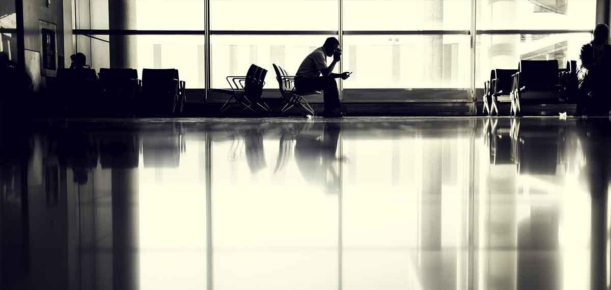 Warten am Flughafen Welttournee Reisepodcast