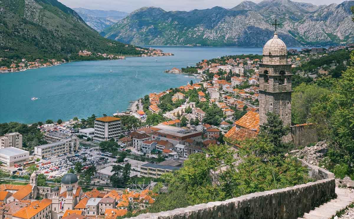 Aussicht auf die Bucht von Kotor im Podcast Welttournee