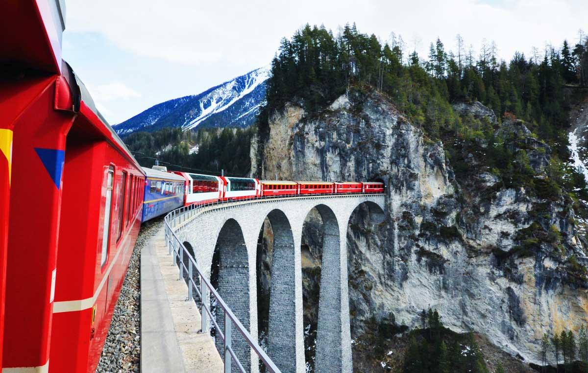 viadukt beim bahnfahren in der schweiz